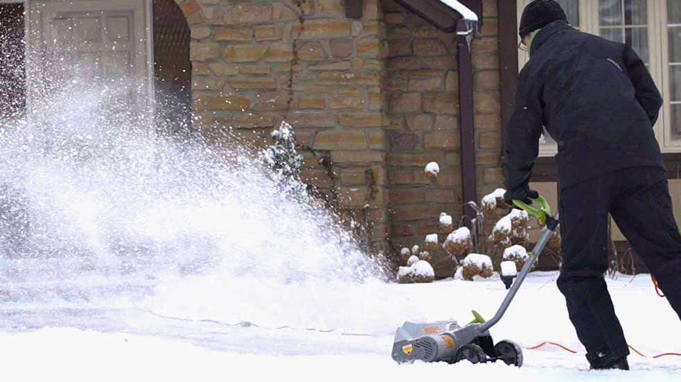 Using the SN70016 snow shovel