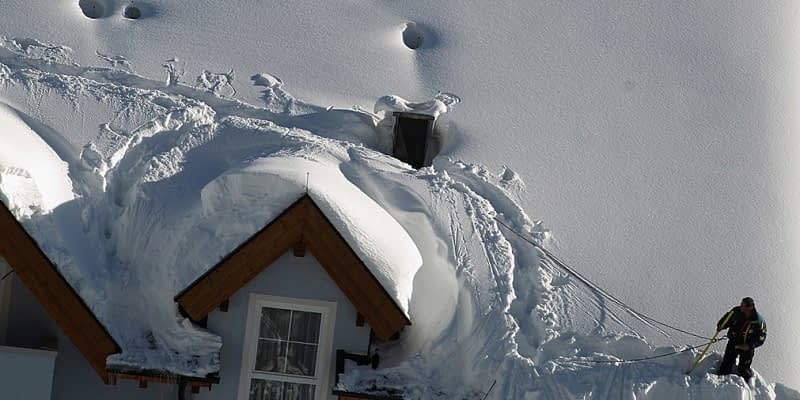 How-to-Remove-Snow-From-A-Roof-With-Rope